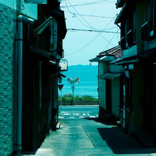 路地裏から見た海の写真素材 [FYI01725717]