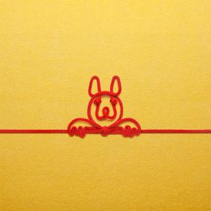 赤い紐でつくった犬(戌)のイメージの写真素材 [FYI01725732]