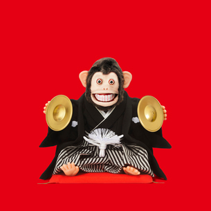 シンバルをたたくサルのおもちゃの写真素材 [FYI01725822]