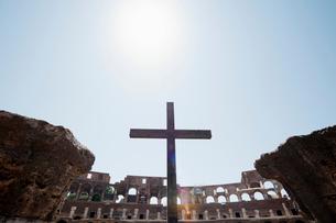 コロッセオの十字架 ローマ イタリアの写真素材 [FYI01725849]