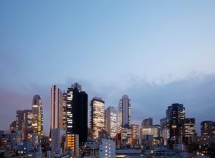 東京新宿のビル群の夜景の写真素材 [FYI01725927]