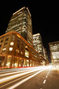 東京丸の内の高層ビル群の夜景の写真素材 [FYI01726036]