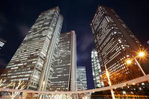 東京の高層ビル群の夜景の写真素材 [FYI01726076]
