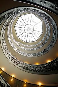 下から見上げたバチカン美術館のらせん階段の写真素材 [FYI01726090]