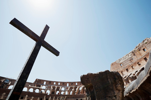 コロッセオの十字架 ローマ イタリアの写真素材 [FYI01726106]