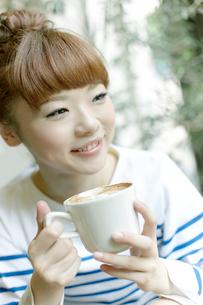 カフェでエスプレッソコーヒーを飲む女性の写真素材 [FYI01726163]