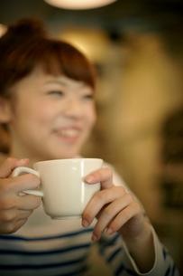 カフェでエスプレッソコーヒーを飲む女性の写真素材 [FYI01726242]