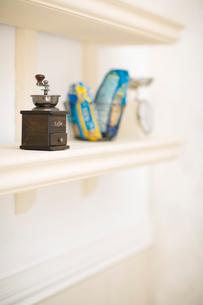 棚の上のコーヒーミルの写真素材 [FYI01726244]