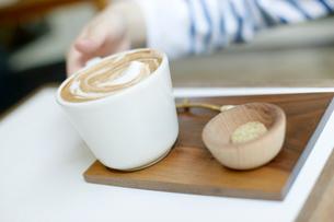エスプレッソコーヒーを飲む女性の写真素材 [FYI01726271]