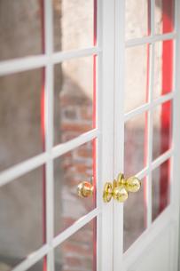金色のノブがついたドアの写真素材 [FYI01726300]