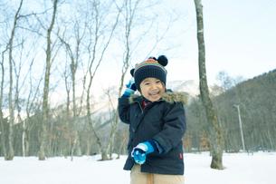 雪で遊ぶ男の子の写真素材 [FYI01726359]
