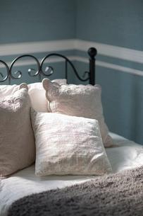 アイアンのベッドと枕の写真素材 [FYI01726361]