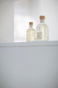 白い棚に置かれた香水の瓶の写真素材 [FYI01726386]