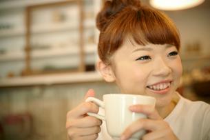 カフェでエスプレッソコーヒーを飲む女性の写真素材 [FYI01726387]