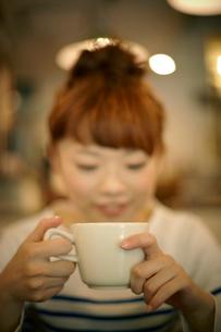 カフェでエスプレッソコーヒーを飲む女性の写真素材 [FYI01726400]