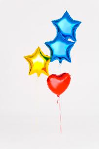 カラフルな星とハート型の風船の写真素材 [FYI01726413]
