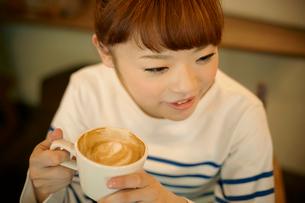 カフェでエスプレッソコーヒーを飲む女性の写真素材 [FYI01726426]