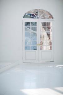 白いアーチ型のドアの写真素材 [FYI01726428]