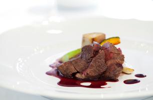 牛ヒレ肉のステーキの写真素材 [FYI01726435]