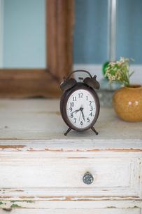 チェストの上に置かれた目覚まし時計の写真素材 [FYI01726440]