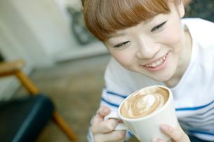 カフェでエスプレッソコーヒーを飲む女性の写真素材 [FYI01726480]