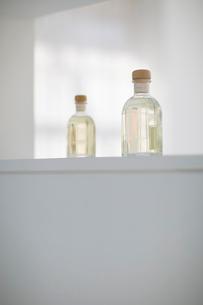 白い棚に置かれた香水の瓶の写真素材 [FYI01726523]