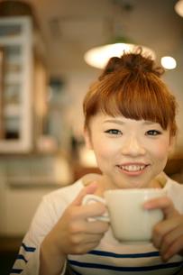 カフェでエスプレッソコーヒーを飲む女性の写真素材 [FYI01726525]