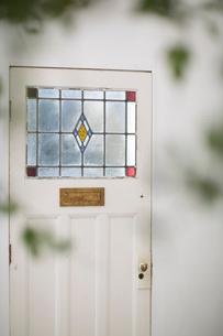 グリーン越しに見えるステンドグラス調のドアの写真素材 [FYI01726557]