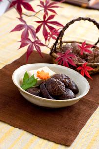 高野豆腐と椎茸の煮物の写真素材 [FYI01726559]