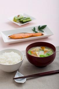 焼鮭の朝食の写真素材 [FYI01726565]