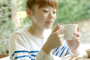 カフェでエスプレッソコーヒーを飲む女性の写真素材 [FYI01726578]