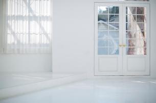 白いアーチ型のドアの写真素材 [FYI01726628]