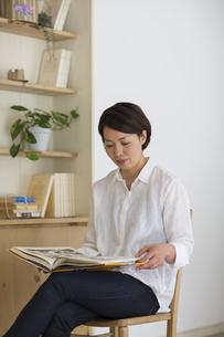 室内で本を読む女性の写真素材 [FYI01726652]