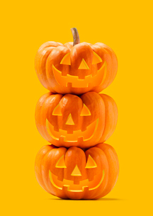 三段重ねのハロウィンのかぼちゃのおばけの写真素材 [FYI01726656]