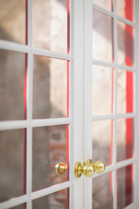 金色のノブがついたドアの写真素材 [FYI01726692]