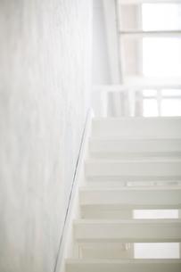 下から見た白い木製の階段の写真素材 [FYI01726704]