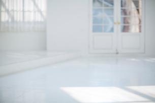 白いアーチ型のドアの写真素材 [FYI01726707]