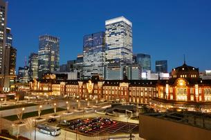 ライトアップされた東京駅丸の内駅舎の写真素材 [FYI01726721]