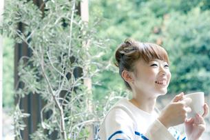 カフェでエスプレッソコーヒーを飲む女性の写真素材 [FYI01726727]
