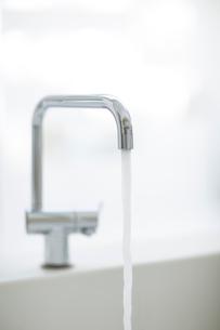 水を流している蛇口の写真素材 [FYI01726735]