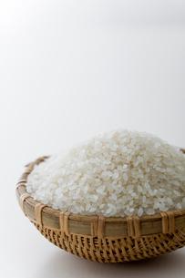 ざるに盛った米の写真素材 [FYI01726747]