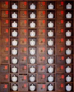 漢方の百味箪笥の写真素材 [FYI01726769]