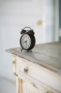 チェストの上に置かれた目覚まし時計の写真素材 [FYI01726789]