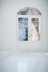 白いアーチ型のドアの写真素材 [FYI01726799]