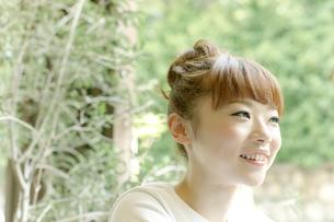 カフェでエスプレッソコーヒーを飲む女性の写真素材 [FYI01726834]