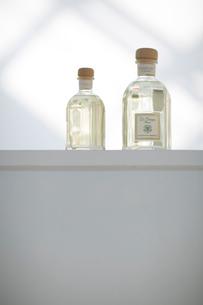 白い棚に置かれた香水の瓶の写真素材 [FYI01726885]