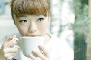 エスプレッソコーヒーを飲む女性の写真素材 [FYI01726913]