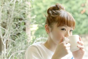 カフェでエスプレッソコーヒーを飲む女性の写真素材 [FYI01726914]