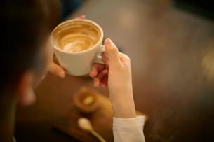 カフェでエスプレッソコーヒーを飲む女性の写真素材 [FYI01726943]