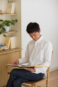 室内で本を読む男性の写真素材 [FYI01726998]